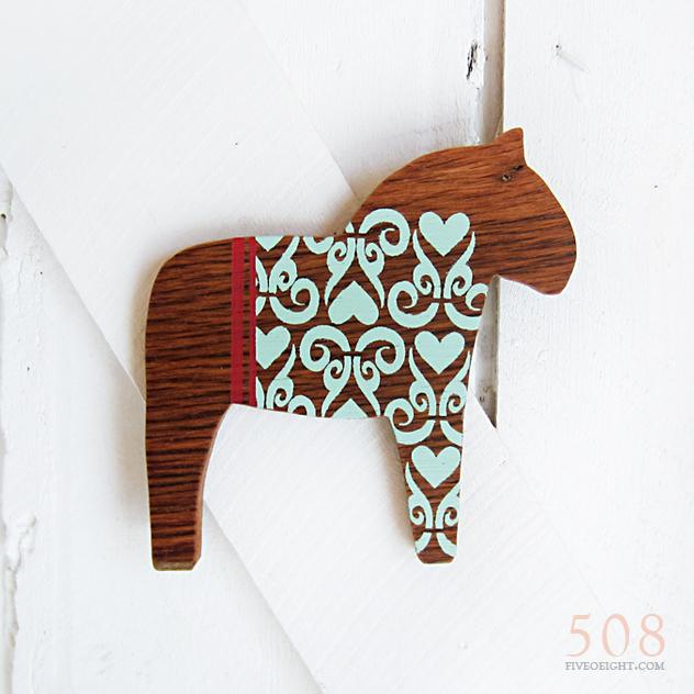 medium dala horse, lilla vän